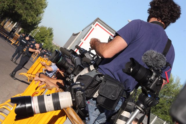 Periodistas a las puertas de la Audiencia para captar la llegada de Rajoy