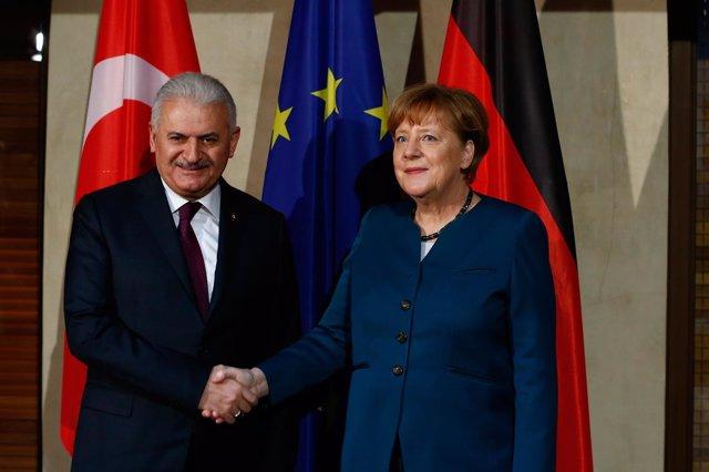 La canciller alemana Angela Merkel con el primer ministro turco Binali Yildirim
