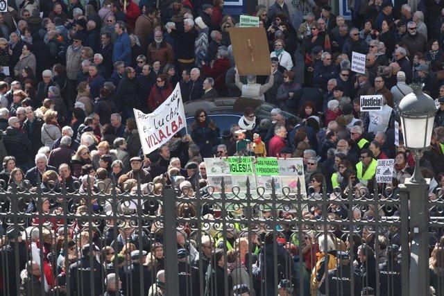 Pensionistas protestan a las puertas del Congreso de los Diputados