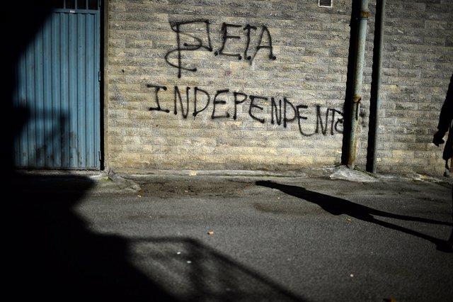 Grafiti con un mensaje a favor de ETA
