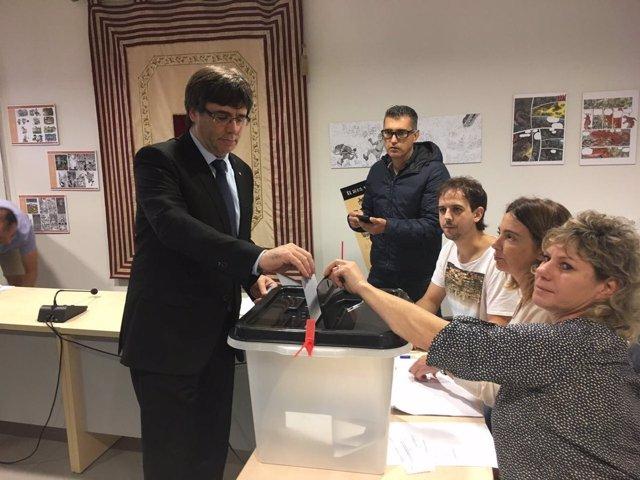 El pte.C.Puigdemont vota en el referéndum del 1-O/ARCHIVO