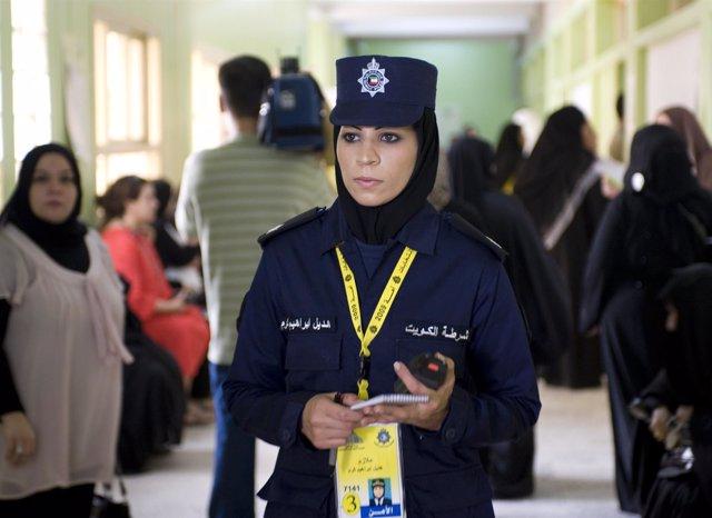 Una policía en Kuwait