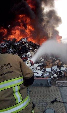 Bomberos de Zaragoza trabajan en la extinción de un incendio.