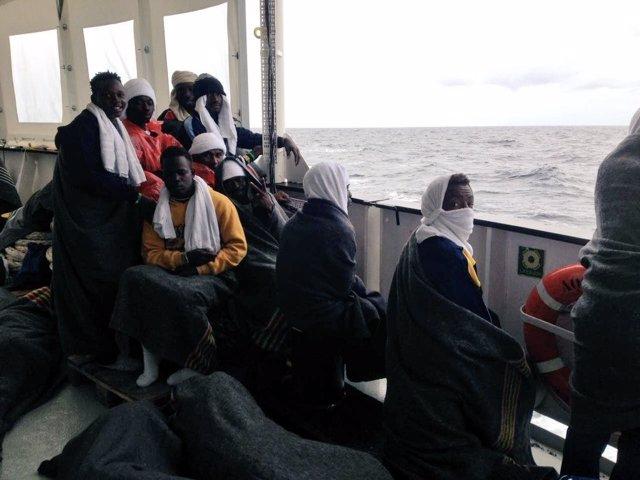 Inmigrantes rescatados por un barco de MSF en el Mediterráneo