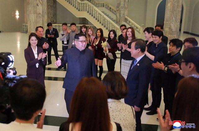 Kim Jong Un y su mujer, Ri Sol Ju, acuden a un concierto en Pyongyang.