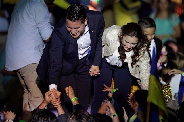 El presidente electo de Costa Rica, Carlos Alvarado, y su mujer.