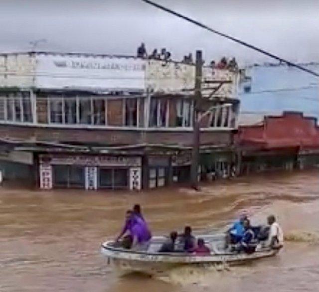 Personas en un bote durante las inundaciones en Ba, Viti Levu, Fiyi
