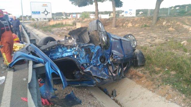 El coche afectado quedó destrozado