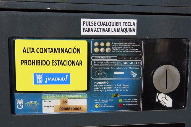 Parquímetro de Madrid muestra la señal alta polución prohibido aparcar