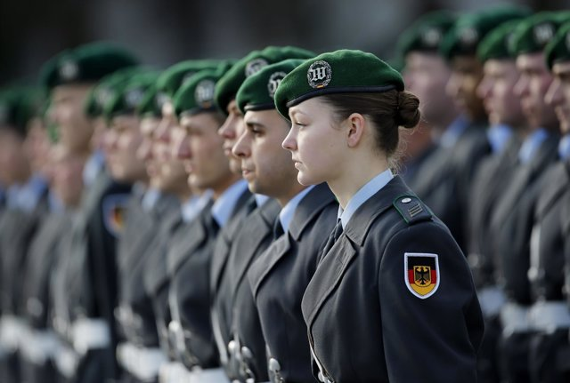 Foto de archivo de una militar de la Guardia de Honor alemana.