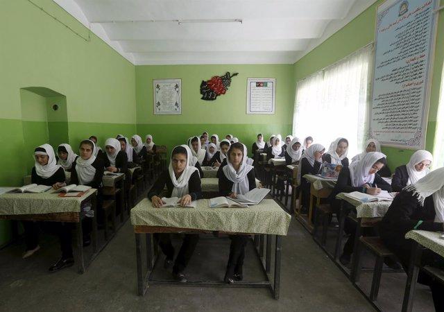 Imagen de archivo de una clase de estudiantes afganas