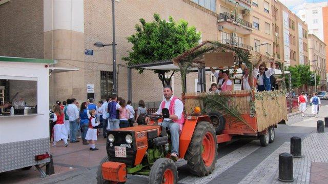 Tractor Habilitado Pasa Por Una Calle De Murcia En El Bando De La Huerta
