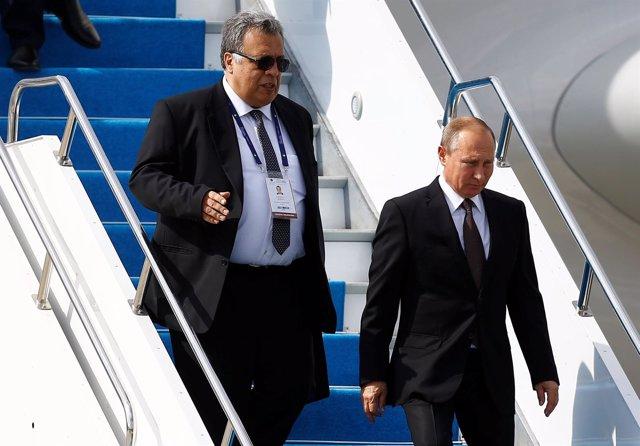 Foto de archivo de Andrei Karlov junto a Vladimir Putin