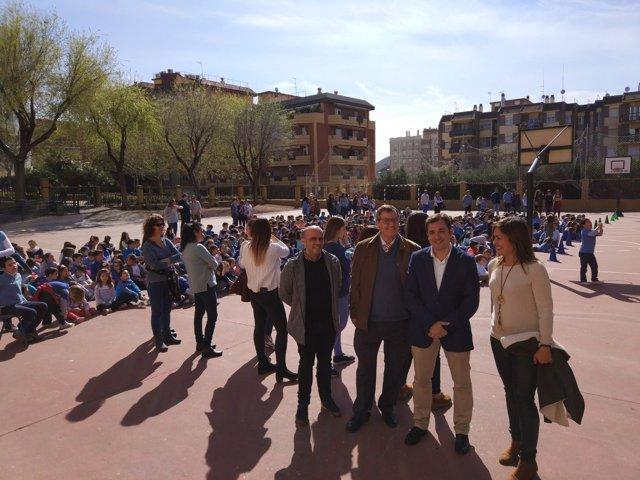 López (dcha.) en su visita al Colegio Eduardo Lucena