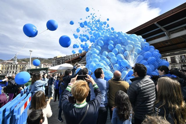 Suelta de globos de Apnabi, hoy en Bilbao