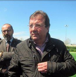 Fernández Vara inaugura un campo de cesped artificial en Cáceres