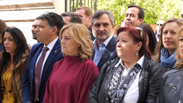 El diputado Ángel Escobar, durante el minuto de silencio por Mari Carmen.