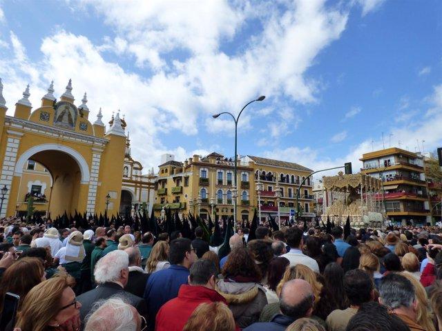 La hermandad de la Macarena antes de entrar a su basílca