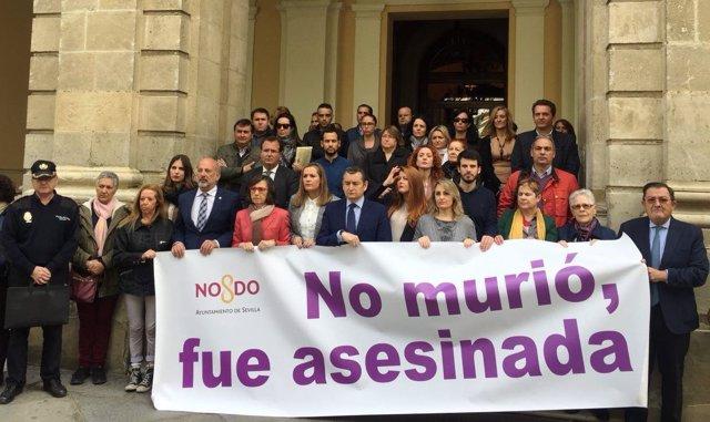 Minuto de silencio frente al Ayuntamiento de Sevilla por el crimen machista