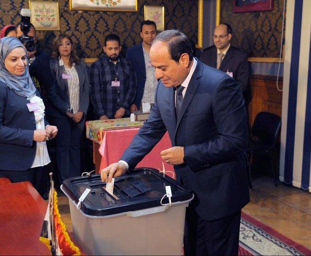Abdelfatá al Sisi vota en las elecciones