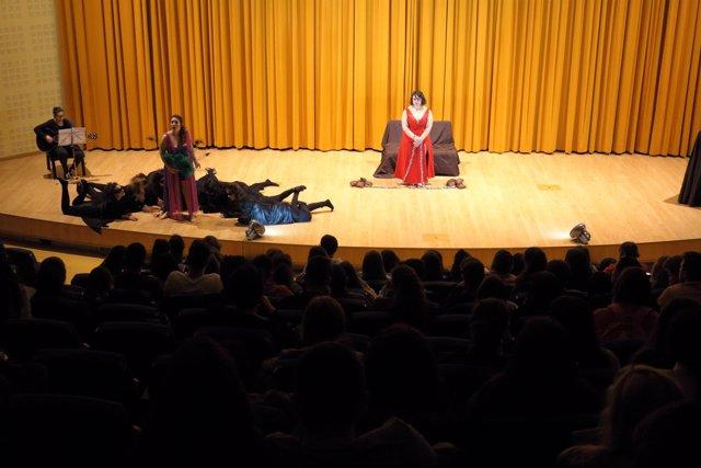 Estudiantes asisten a la II Jornada de Teatro y Humanidades en la UPO