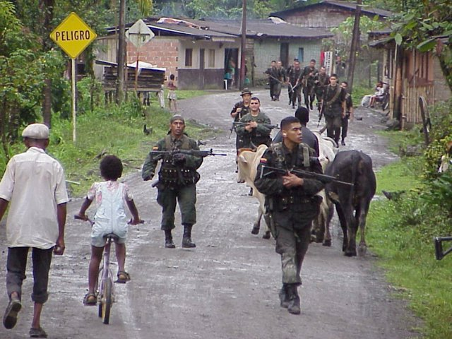 Militares colombianos en busca de guerrilleros de las FARC y el ELN