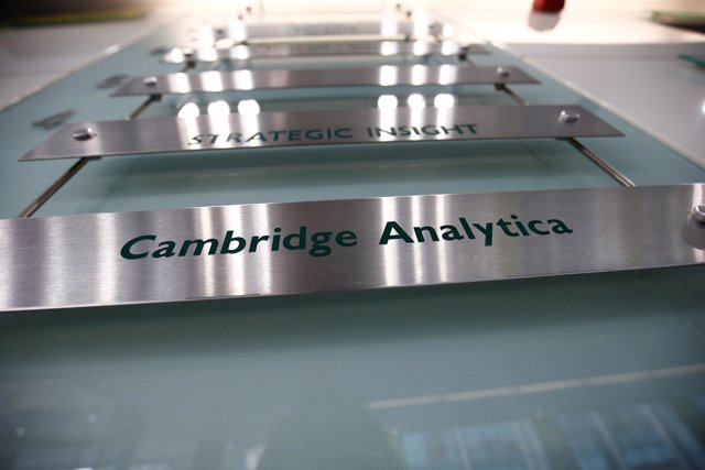 El cartel de la empresa Cambridge Analytica en Londres