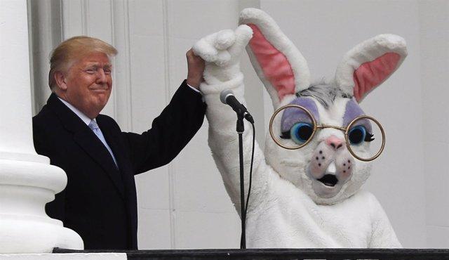El presidente de Estados Unidos, Donald Trump, con el conejo de Pascua