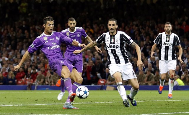 Cristiano remata a gol ante Chiellini en la final Juventus-Real Madrid