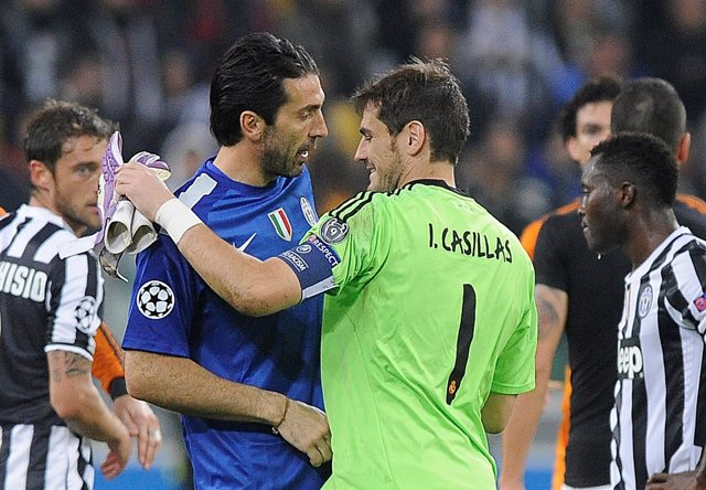Buffon y Casillas se saluda tras un Juventus - Real Madrid