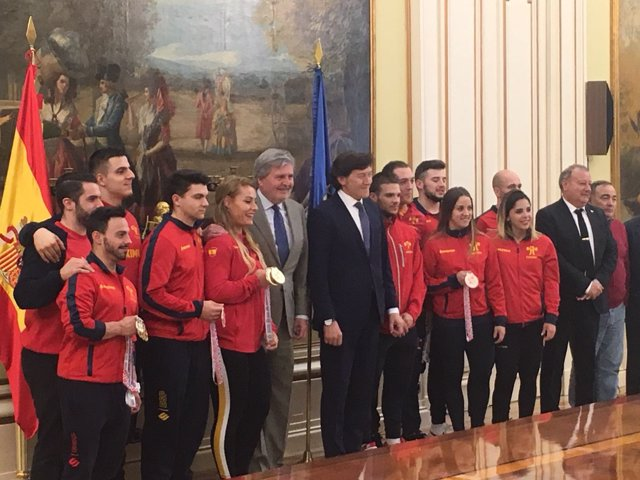 Méndez de Vigo y Lete junto al equipo de halterofilia liderado