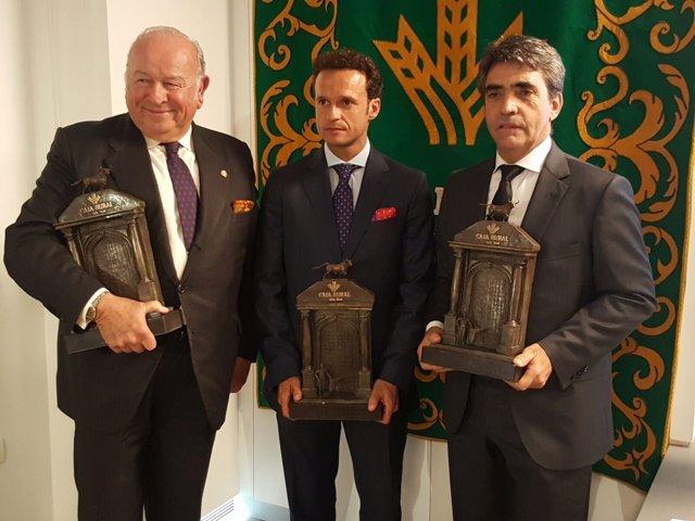 Alvaro Domecq, Ferrera y Victorino Martín, con el premio 'Pepe Luis Vázquez'