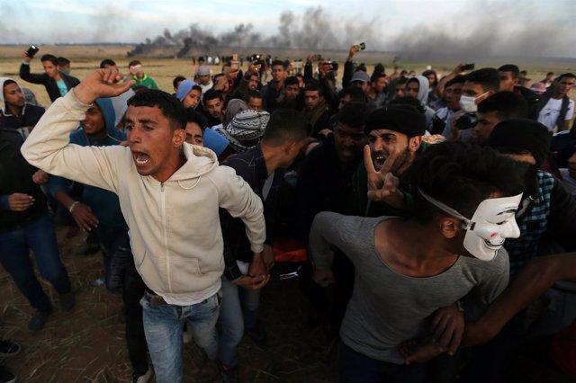 Palestinos evacuan a un herido por la acción de las fuerzas de Israel en Gaza