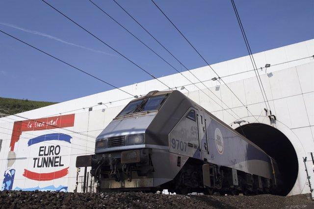 Un tren sale del Eurotúnel en el lado francés del canal de la Mancha