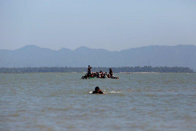 Foto de archivo de un grupo de rohingya llegando a Bangladesh en una embarcación