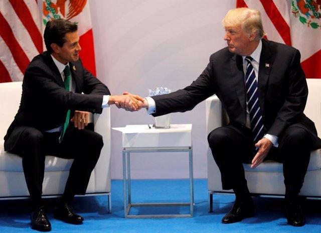 Donald Trump y Enrique Peña Nieto se dan la mano