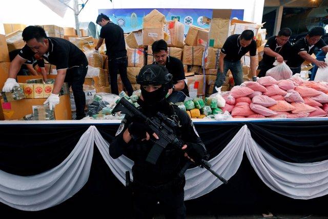 Las autoridades tailandesas muestran grandes cantidades de drogas requisadas.