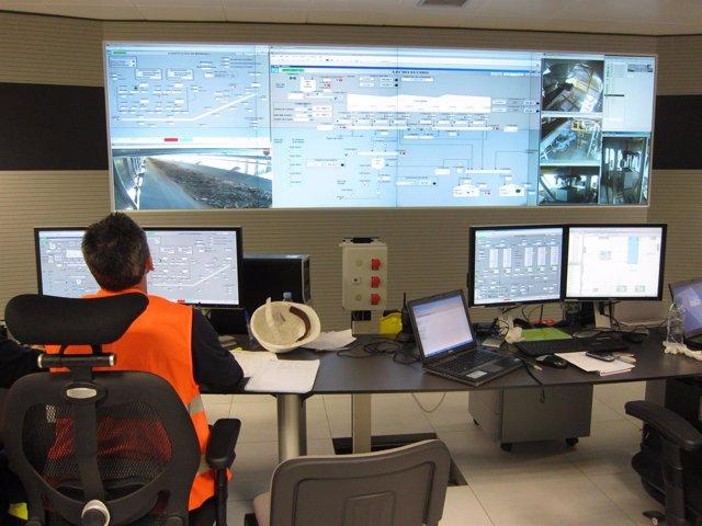 Un operador en la planta de Ence.