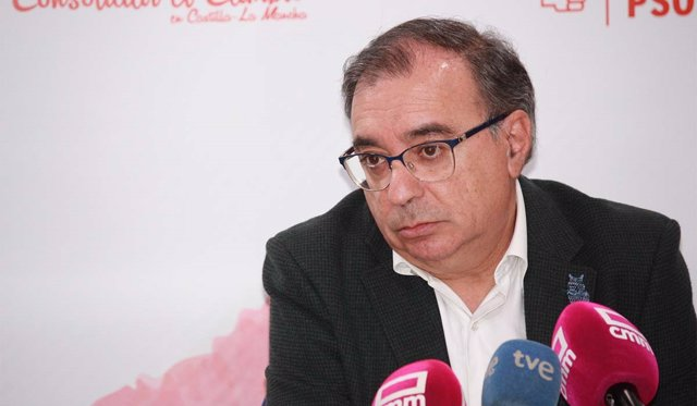 El diputado del PSOE Fernando Mora en rueda de prensa