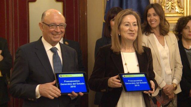 Cristobal Montoro entrega los Presupuestos Generales del Estado 2018