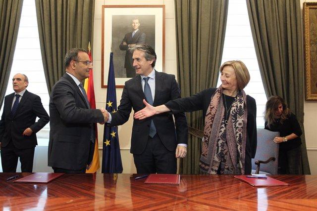 Íñigo de la Serna firma protocolos de colaboración con Asturias y Avilés