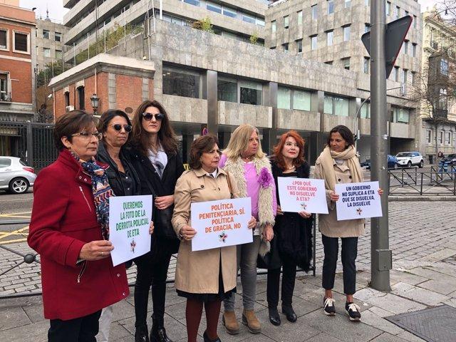 Miembros de Covite y víctimas de ETA junto al Ministerio de Interior.
