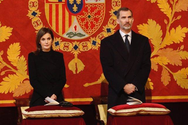 Los Reyes durante la misa conmemorativa por el Conde de Barcelona