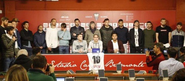 La plantilla del Albacete al completo lee el comunicado de apoyo a Pelayo Novo