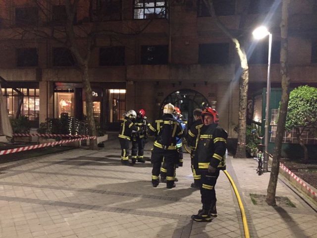 Bomberos en el incendio de la calle Raimundo Fernández Villaverde