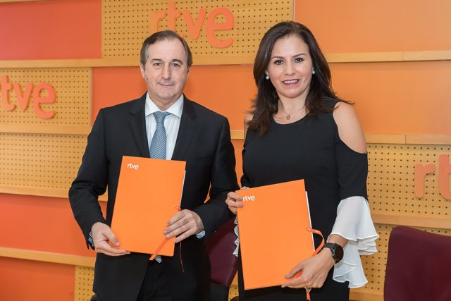 El director de TVE, Eladio Jareño, y la directora de Canal Once, Jimena Saldaña.