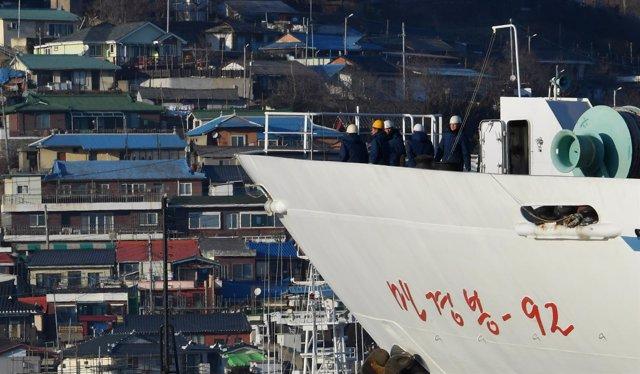 Buque norcoreano en el puerto surcoreano de Mukjo