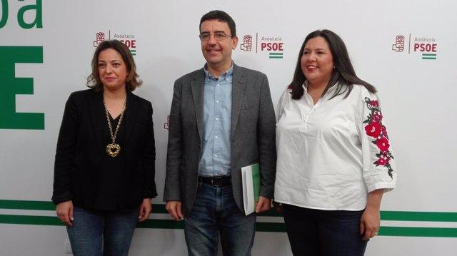 Jiménez, entre Ambrosio y Amo, en la sede del PSOE en Córdoba