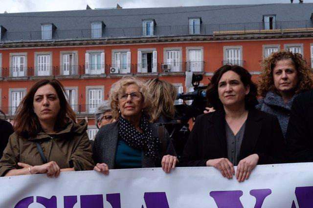 Minuto de silencio en la Plaza Mayor por el asesinato de la mujer de Carabanchel