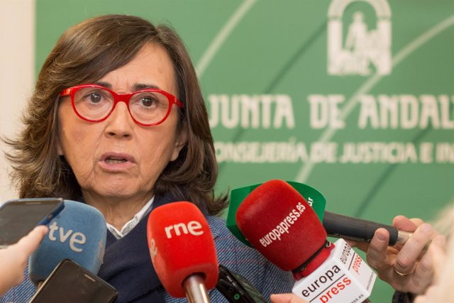 Rosa Aguilar atiende a los medios